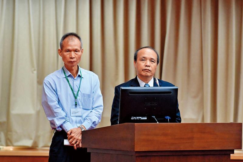去年關務署讓一批疑藏有毒品的彎板機出關,當時的關務署長廖超祥(右)還赴立法院解釋。(中央社)