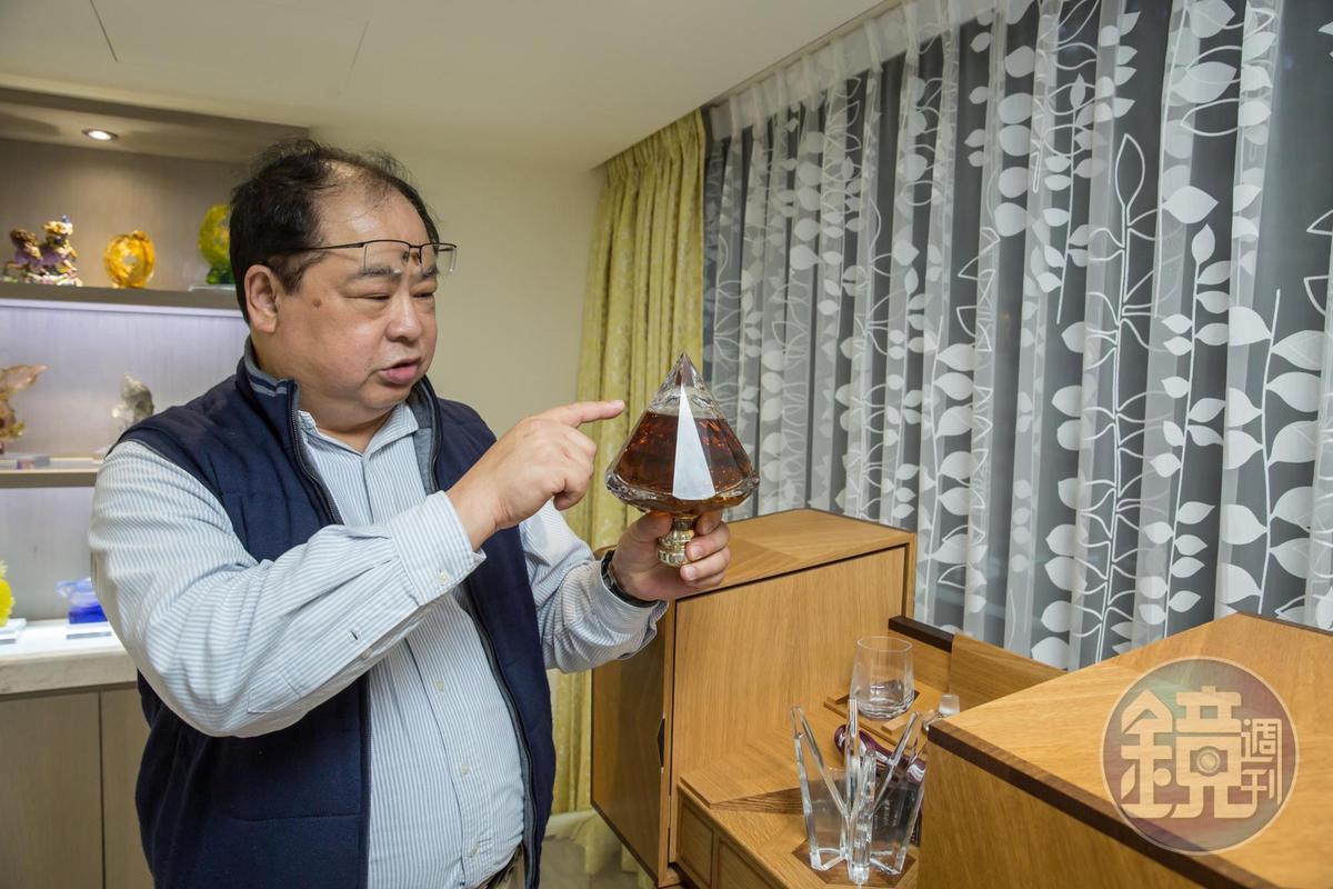 林健祥也是威士忌迷,斥資700萬元買下JOHNNIE WALKER替伊莉莎白女王釀製的登基60周年紀念酒。