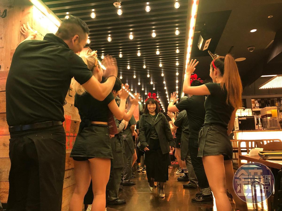 隨著音樂聲,一進門就受到全體人員夾道歡迎。