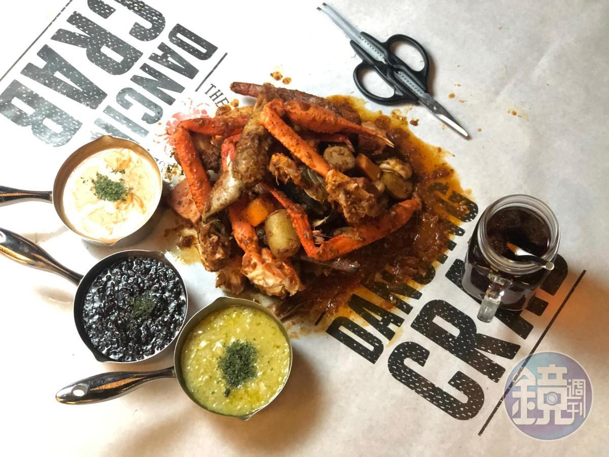 招牌螃蟹組合包,搭配DANCING CRAB最著名的香辣Cajun醬。(6,200日幣,約NT$1,736元)