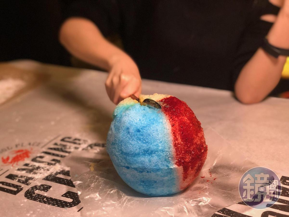 敲敲三色冰終於給了小湯匙,把圓球敲碎來吃。(1,500日幣,約NT$420元)