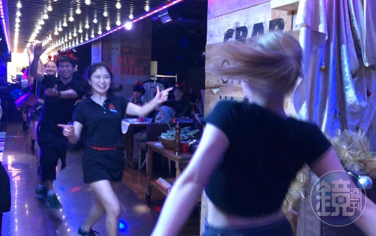 這裡的員工跳舞是發自內心的喜歡。
