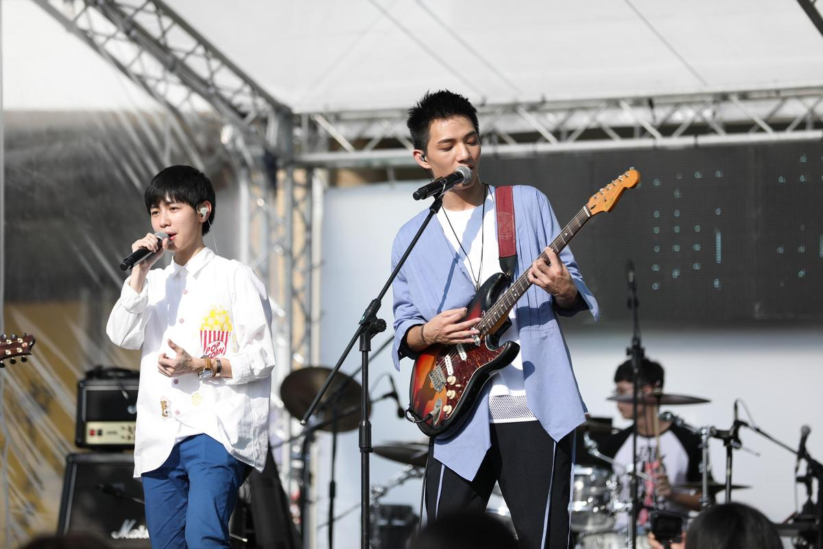 場外另有免費加映的洲際「奇幻漂流舞台」,22日由新人黃奕儒、魏嘉瑩演唱,23日則由白安演出。(相信音樂提供)