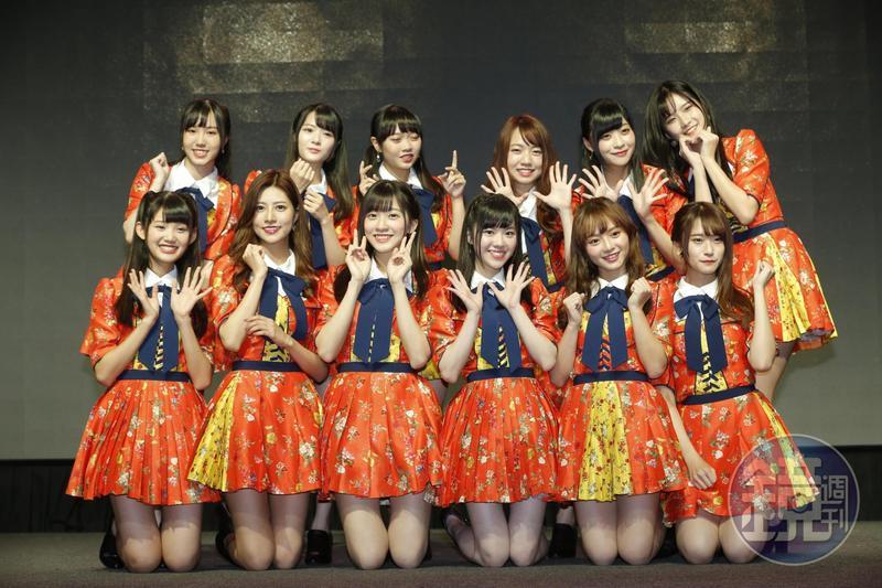 12位成員是從35人中經過密集歌舞訓練後選拔出來。