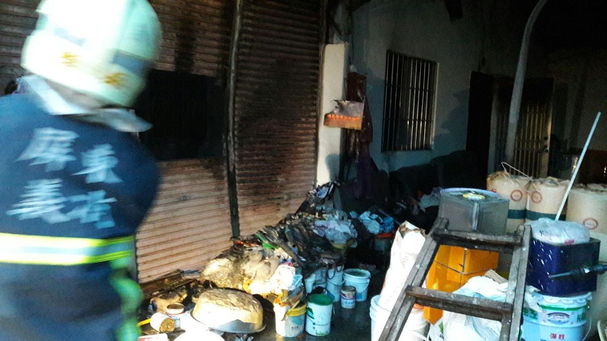 火警現場堆滿雜物,老翁的媳婦竟然因為睡不著,竟點火燒雜物引發大火。(屏縣消防局提供)