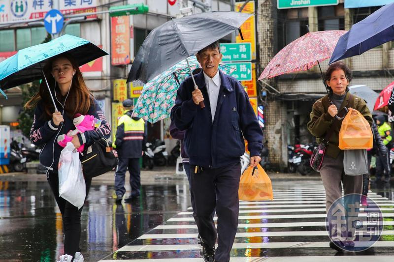 週四將有新一波冷空氣南下,甚至持續影響至跨年及元旦假期,請民眾多加留意。