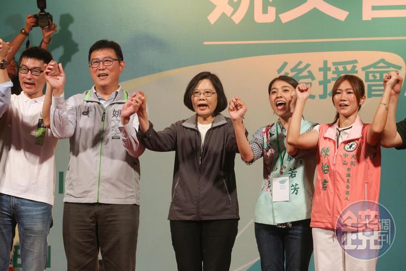 總統蔡英文7度替姚文智站台,游盈隆表示「綠白過節很深難合作」。