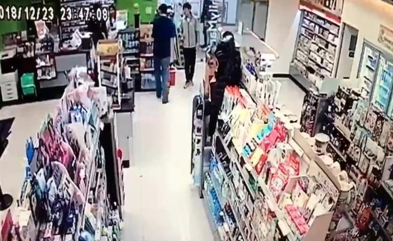 店員詢問是否沒錢付帳,客人竟拿刀刺人。(翻攝畫面)