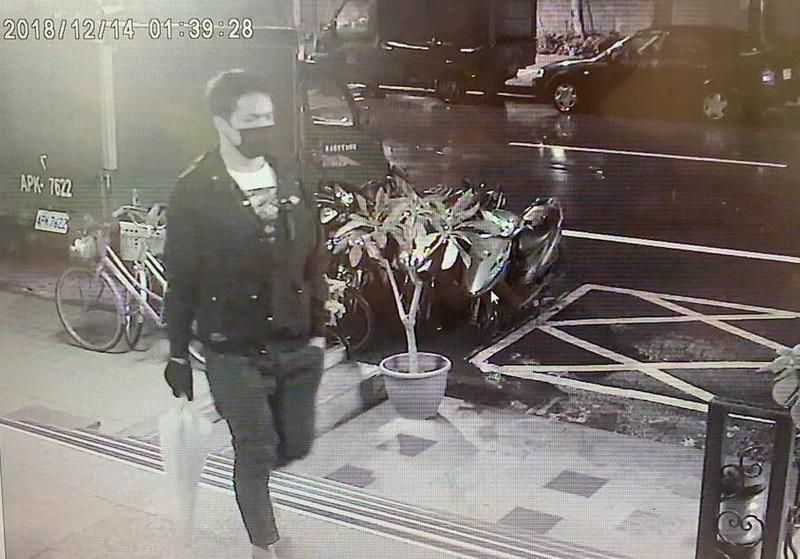 林男因缺錢花用,破壞路邊車輛車窗,竊取車內財物。(翻攝畫面)