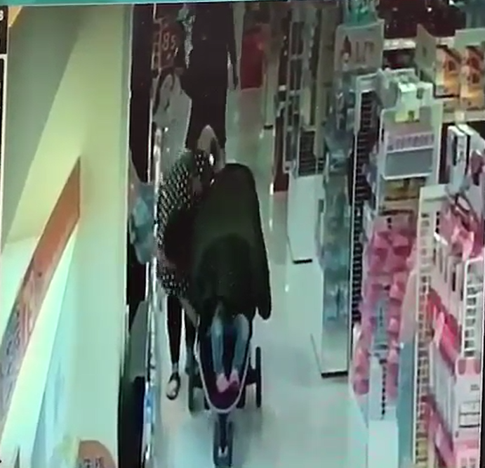 廖女將偷來的商品放進娃娃車中,但仍遭店員發現。(翻攝畫面)