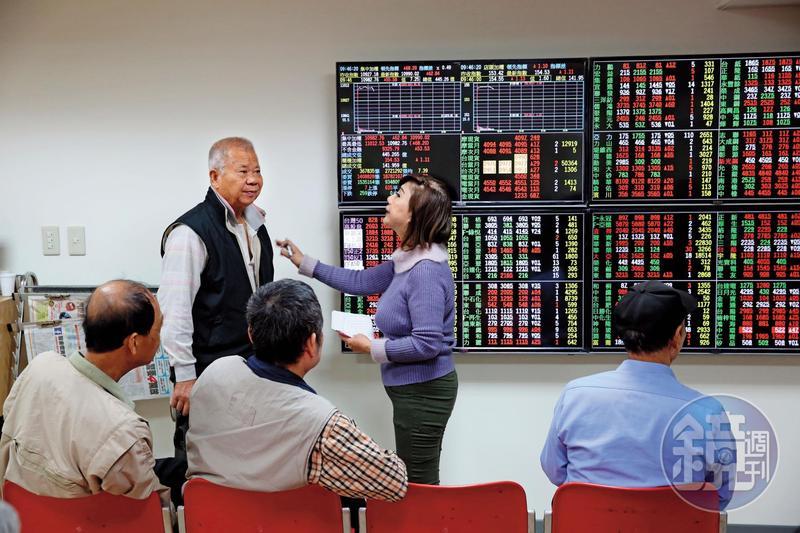 退休族群通常擔心股票的高波動而不敢持有,但因股債資產是負相關,組合後不僅可拉高報酬率,波動風險也會變小。