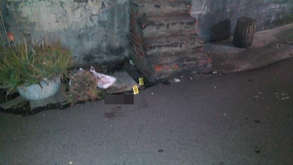 台中清泉崗機場外驚傳槍響,男子蔡明潭遭狙擊身亡,案發現場血跡斑斑。(警方提供)