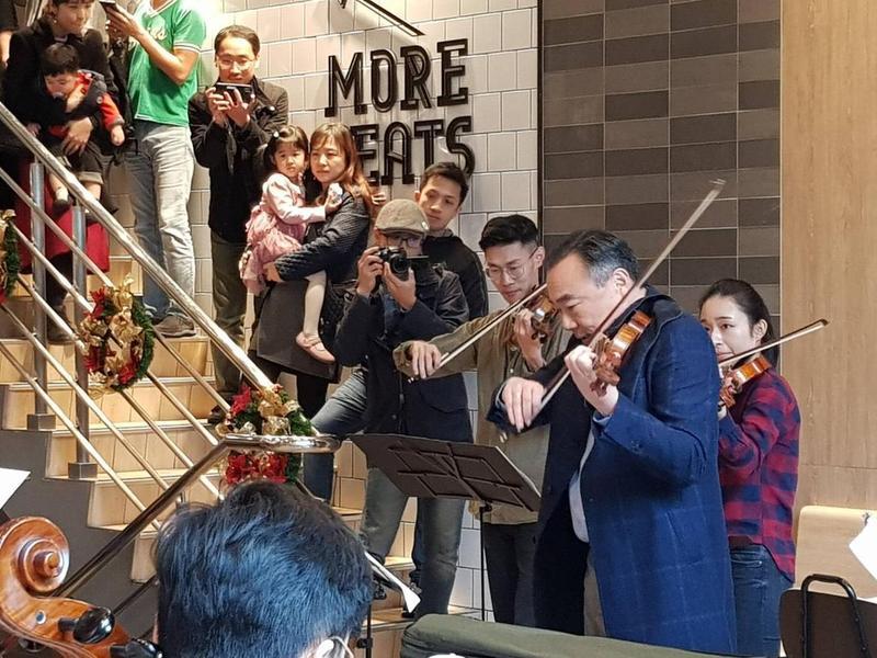 小提琴家林昭亮與團隊現身西門町麥當勞快閃演奏。(麥當勞提供)
