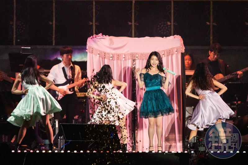 韓國歌手IU今晚在台北舉行演唱會,5000個座位全部賣光光。