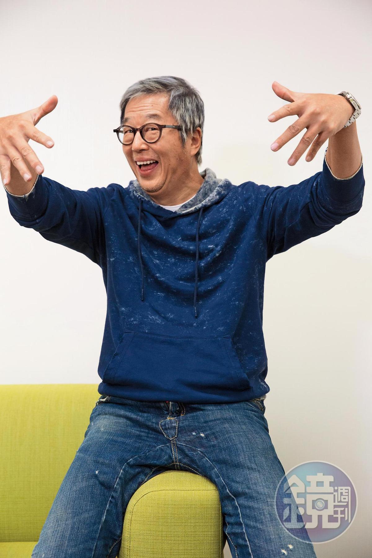 資深製作人王偉忠對於新社群軟體也大方玩,做出逗趣動作。