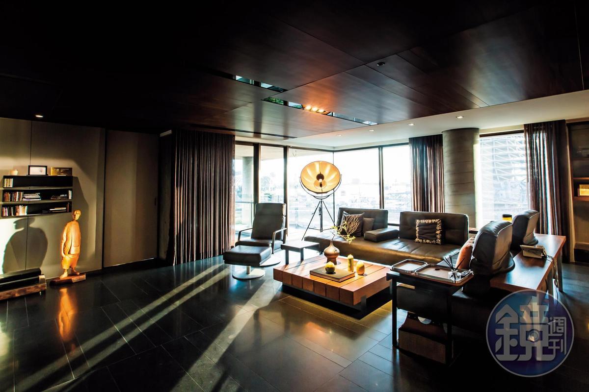 羅耕甫善用自然光,家中客廳採用木質暖色系,少有玻璃材質,擁有風水師證照的他說:「太多反射的東西,看起來很新,但會干擾磁場、造成混亂。」