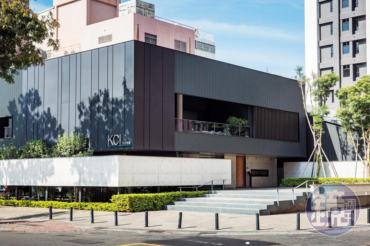得到21個國際大獎的光全總部,位在車流紛擾的高雄左營華夏路上,以漂浮的清水模牆作為1樓外觀,大量種植綠色植栽,讓室內不會受到外部馬路紛亂的影響。