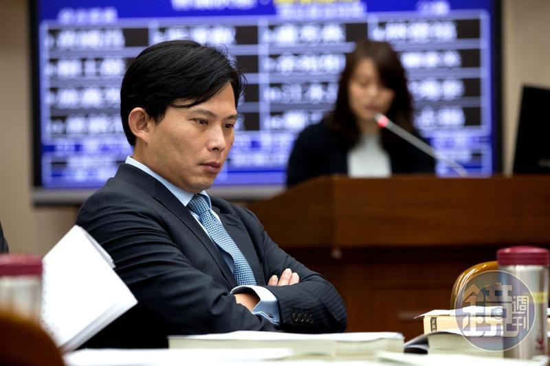 黃國昌表示,關於非洲豬瘟的裁罰果然是罰心酸的,在機場忙翻天的米格魯知道會哭。