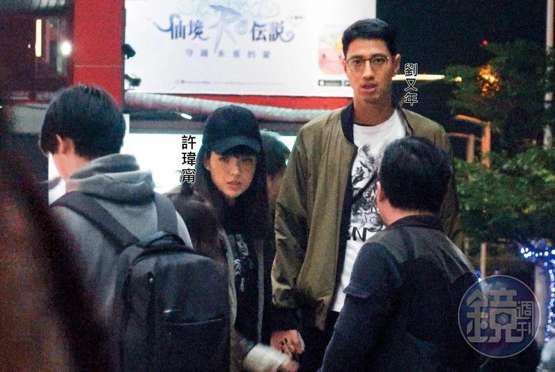 本刊去年10月拍到許瑋甯(左)跟劉又年手牽手的電影約會,事後許瑋甯說有發現跟拍,但不願放開對方。