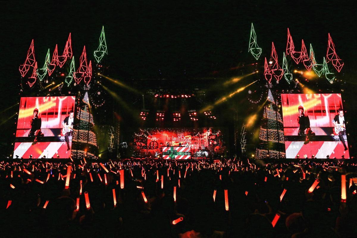 五月天台中演唱會第三場在耶誕夜開唱,特別送上巨型耶誕樹跟歌迷共度。(相信音樂提供)