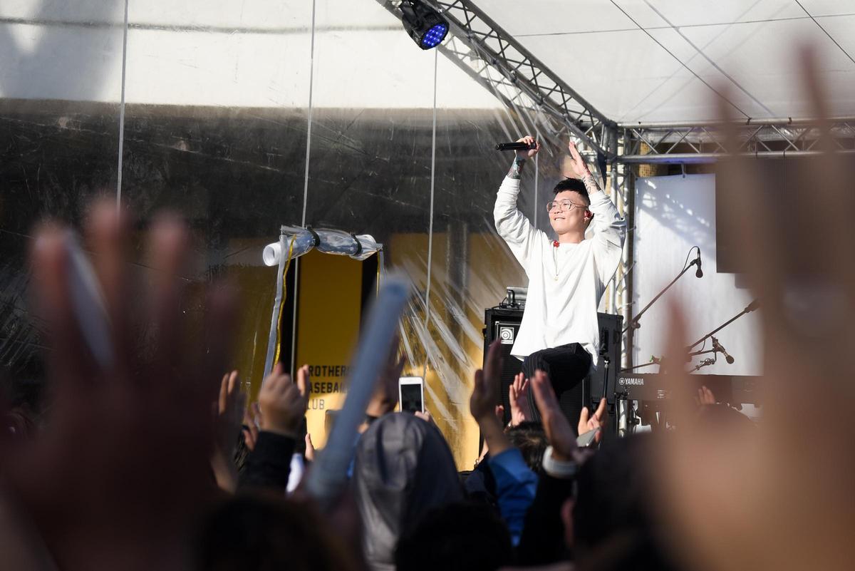 五月天演唱會場外的「奇幻漂流舞台」免費開唱,金曲樂團麋先生跟蕭秉治登場。(相信音樂提供)