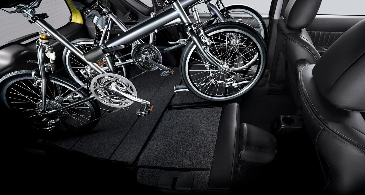 簡單動作,就可將後排座椅倒放,輕鬆放置各式大型物品。(售服配件)