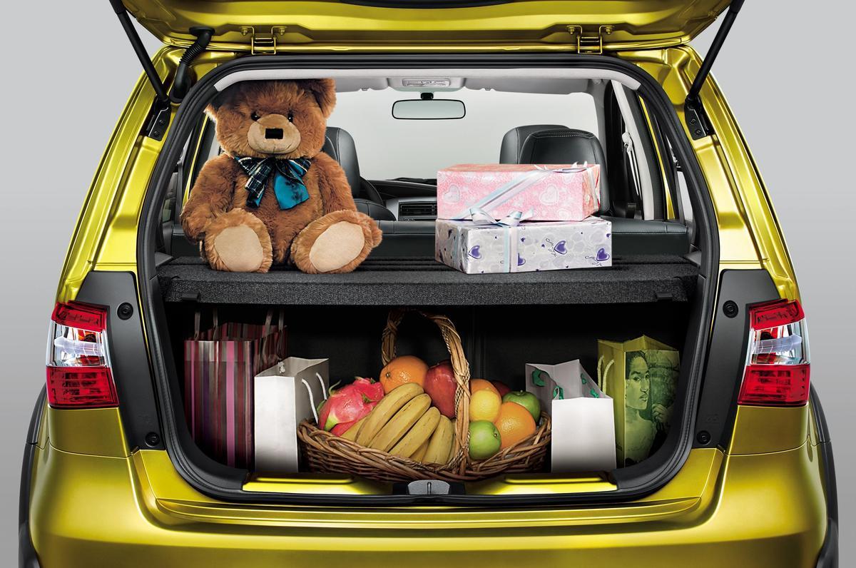 貼心置物空間,行李箱收納格板。(豪華版以上)