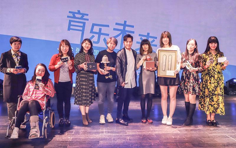 張信哲(右5)捐出10樣珍藏品義賣行善。(潮水音樂提供)
