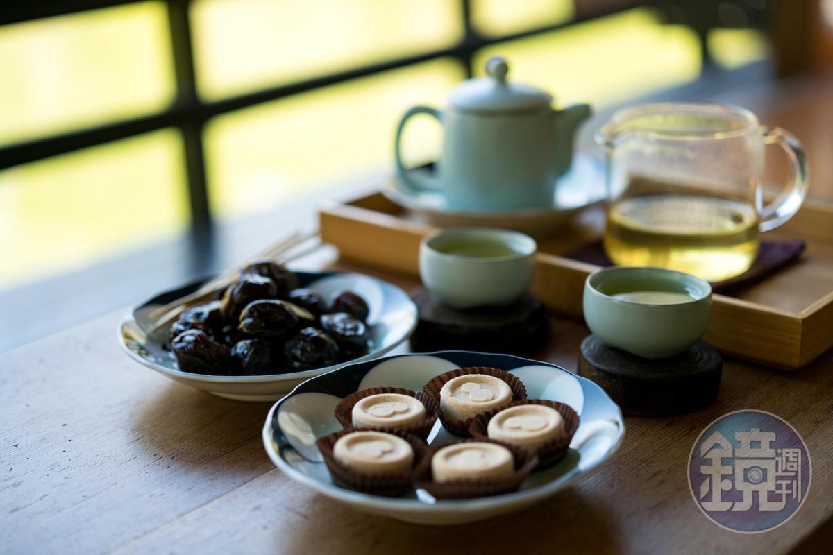 坐在日造建築中,搭配茶品及點心最為適合。(綠豆糕70元/前、烏龍茶梅70元/左、智者200元/後)