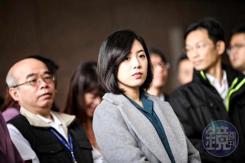 因一日幕僚而爆紅的學姐黃瀞瑩,在柯文哲競選過程中扮演重要角色,順利連任後更接下副發言人一職。
