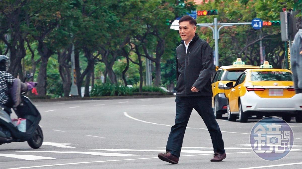 10 : 33 剛剪完頭髮的郝龍斌神采飛揚,過馬路時笑容滿面。