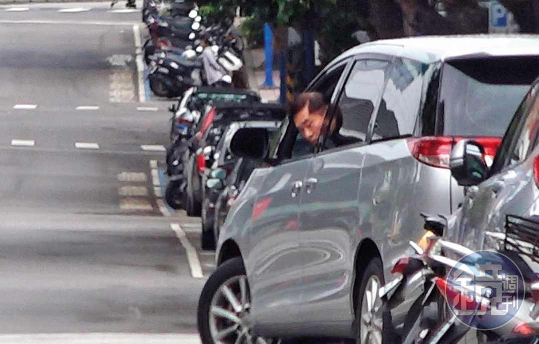 2018.12.9   9 : 45 假日司機沒上班,郝龍斌自行駕車,路邊停車時還搖下車窗,相當小心,停好車後便去理髮。