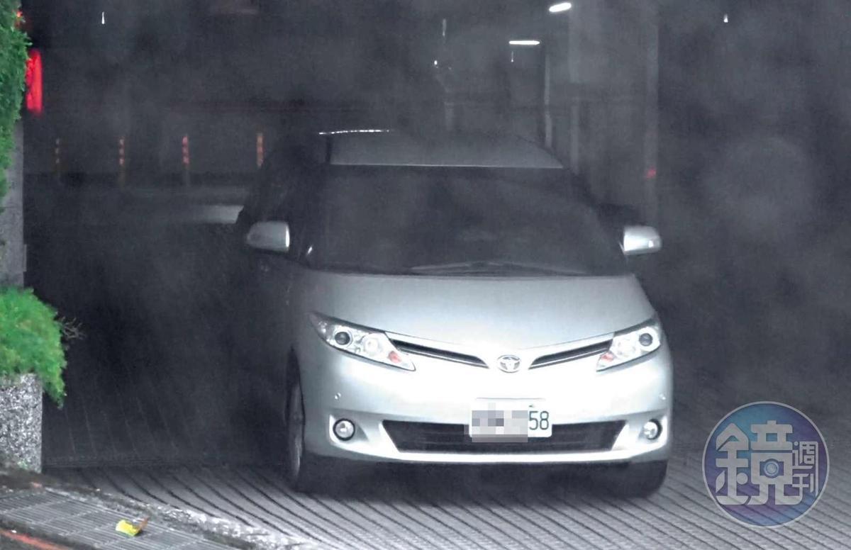 16 : 17 郝龍斌與游淑慧在郝宅待了3小時,車子才從地下停車場離開。