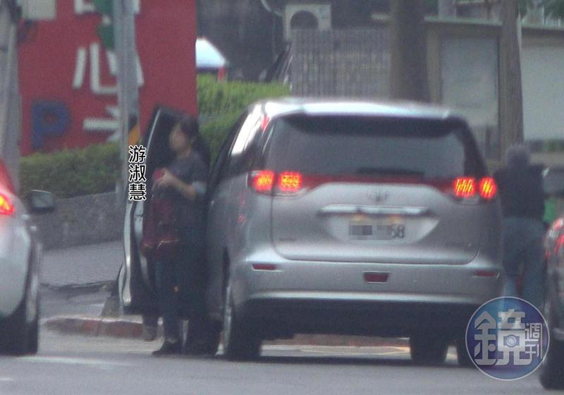 游淑慧開著郝龍斌的車載郝回黨部,到達黨部後,郝龍斌展現好身手,直接在車內換位到駕駛座。