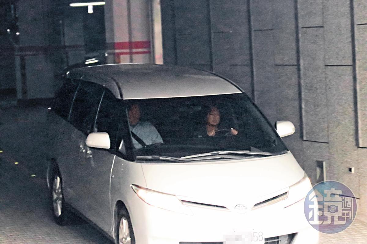 游淑慧開車載郝龍斌到基隆郝的住處幽會約近3個小時,車子駛離時,已是傍晚時分。
