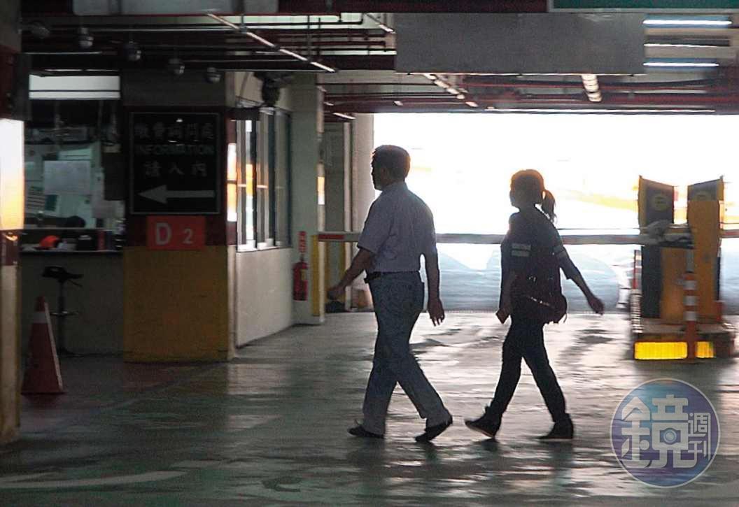 2018.5.1   13 : 05 新生南路停車場 郝龍斌與游淑慧2人出席公開記者會,為了避免同車遭非議,刻意把車子停在較遠的新生南路停車場。圖為2人參加完活動走至停車場。