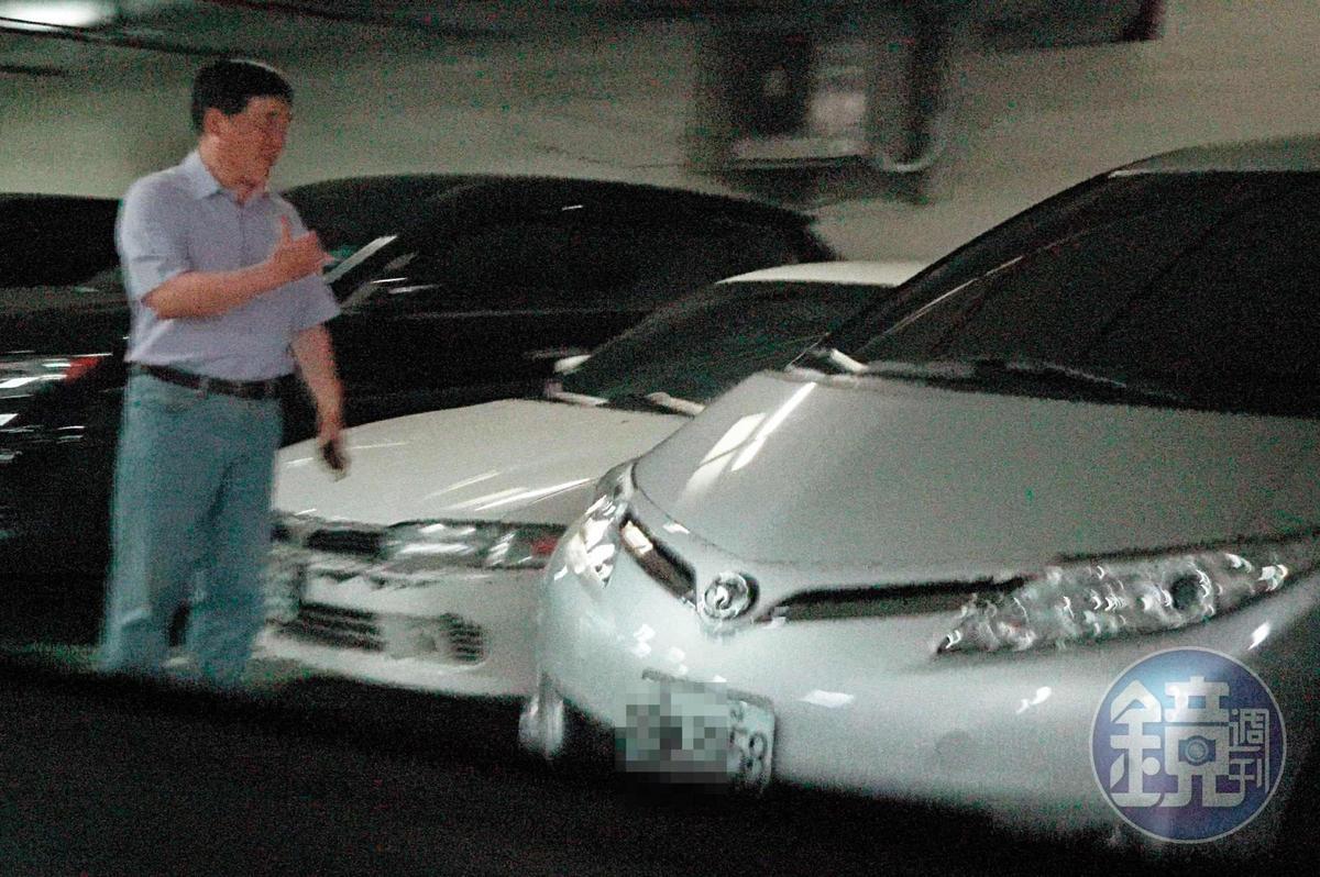 13 : 06 郝龍斌與游淑慧一起離開時,由游開車,郝則貼心在車旁指揮。