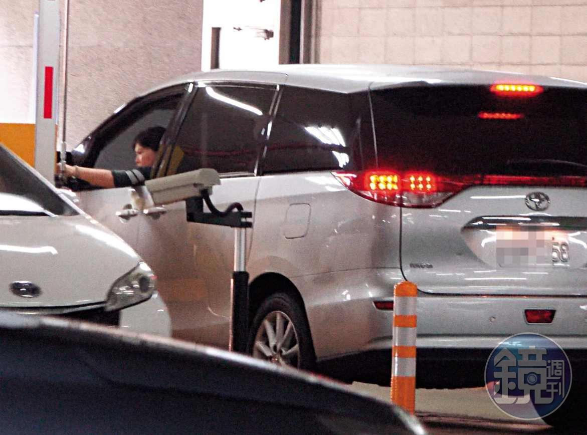 13 : 07 游淑慧負責開車,一度搖下車窗刷卡離開停車場。