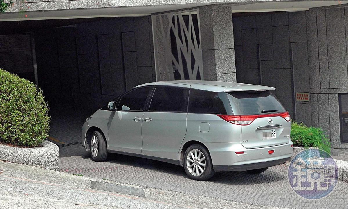 13 : 59 郝龍斌與游淑慧同車進入基隆郝宅的地下停車場。