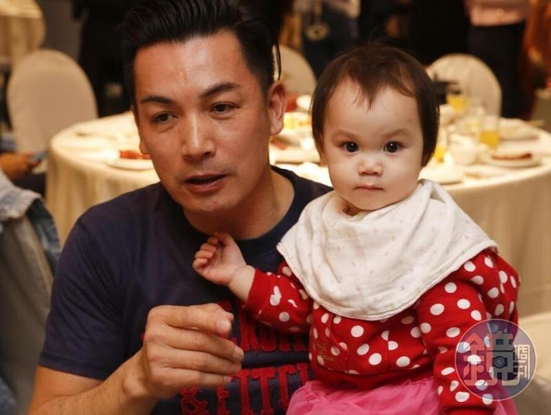 伊正受訪時抱著可愛的小女兒,現場媒體及工作人員都瘋狂。