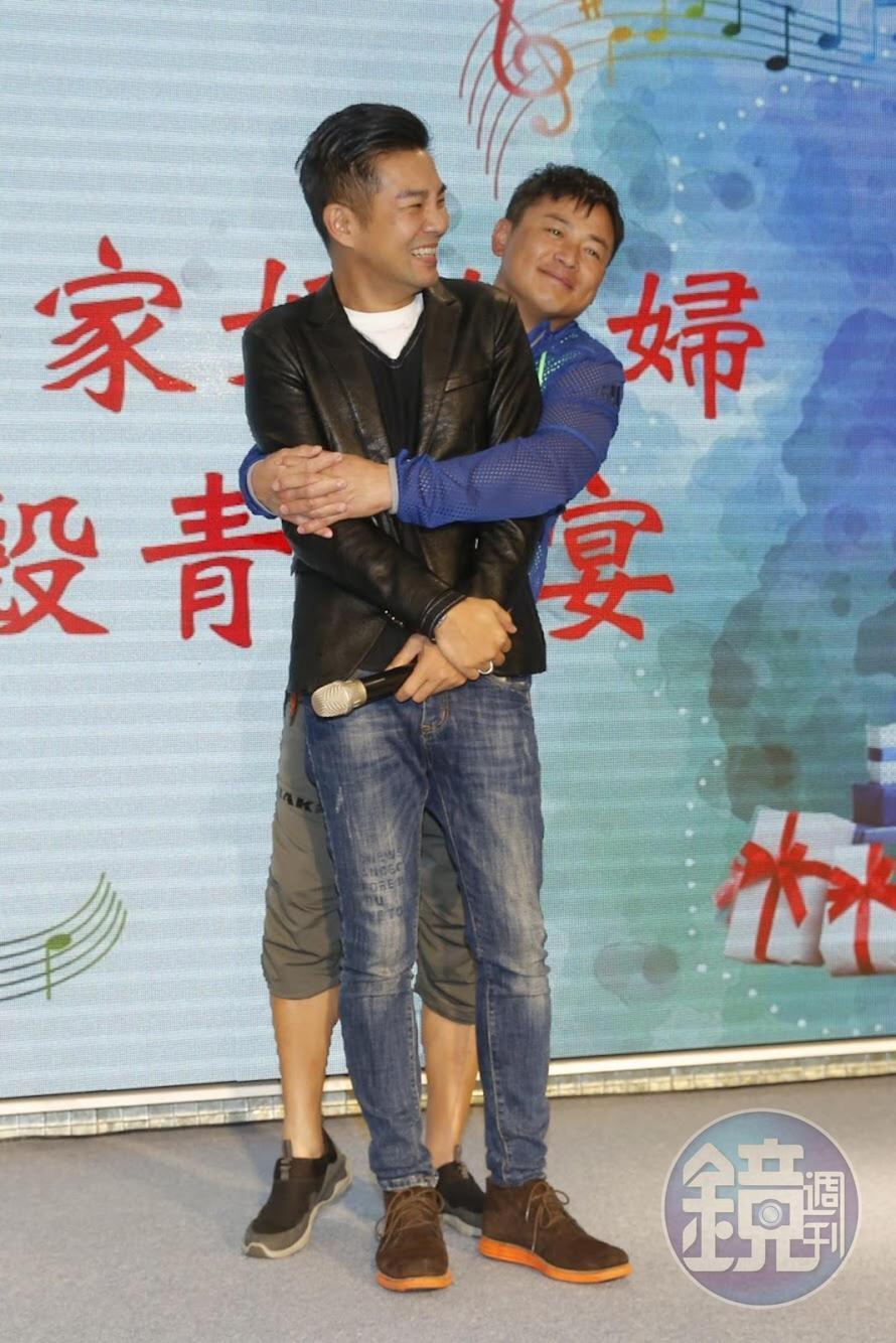 謝承均(前)與江宏恩感情超好,殺青宴上一直抱來抱去。