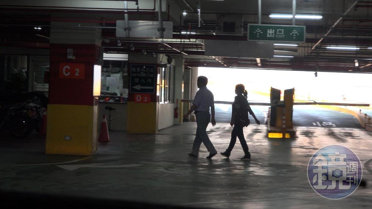 郝龍斌與游淑慧5月1日離開台大後,一起進入停車場牽車。