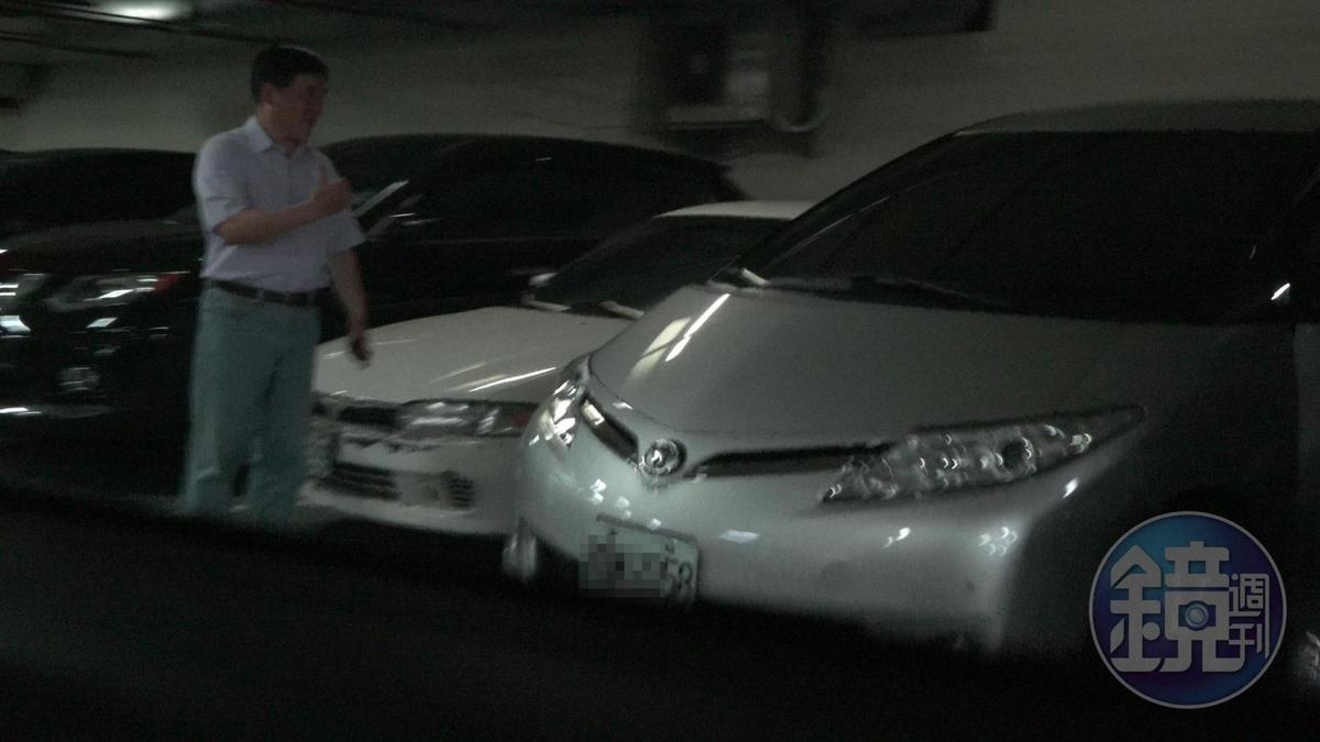 游淑慧把車開出時,郝龍斌貼心地在旁指揮。
