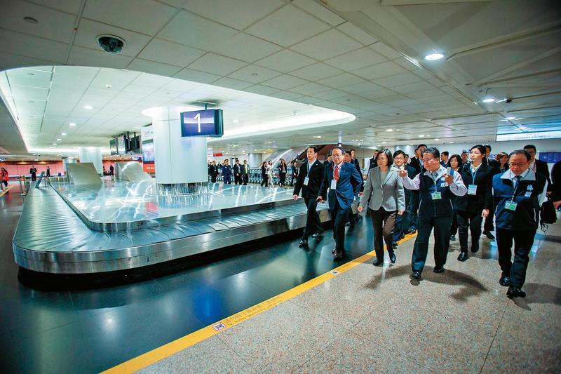 總統蔡英文19日視察桃園機場,宣示防疫和查緝違禁品的決心。(總統府提供)