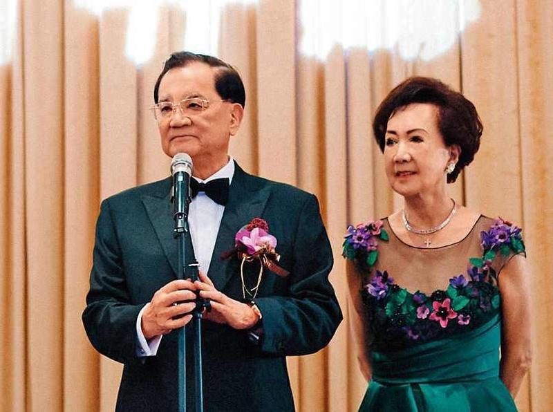 國民黨前主席連戰(左)本月22日在五星級酒店開心嫁女兒,席開40桌不收禮,政商名流齊聚,場面相當風光。右為連方瑀。(連戰辦公室提供)