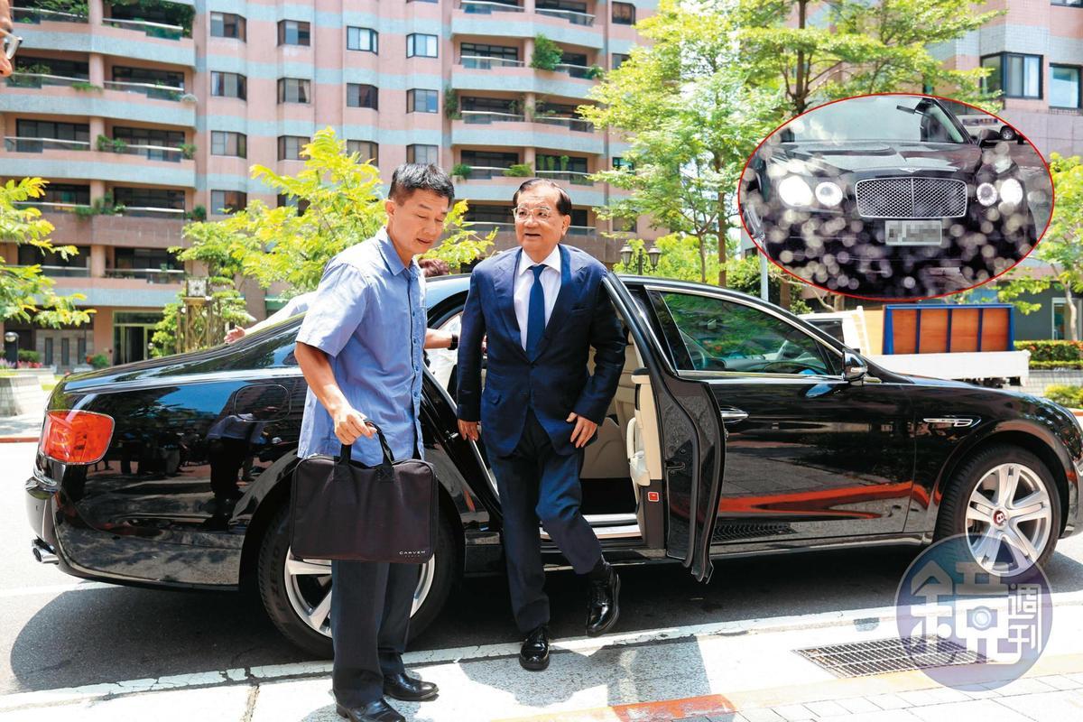 連戰(右)財力雄厚,本刊日前直擊他以千萬賓利豪華房車代步,還有隨扈保護安全。