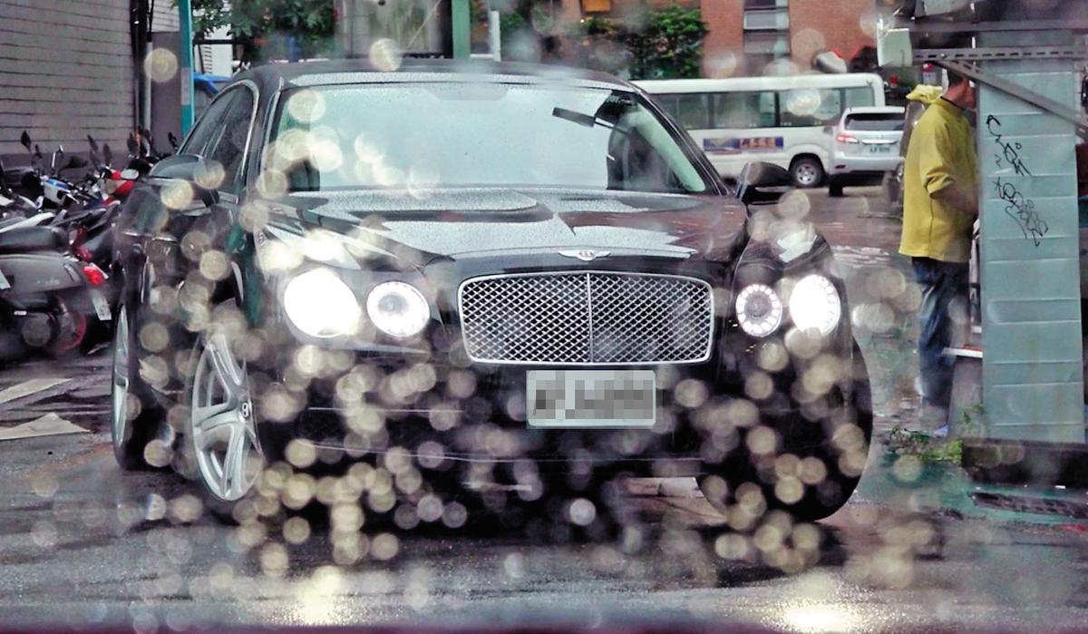 連戰財力雄厚,本刊日前直擊他以千萬賓利豪華房車代步,還有隨扈保護安全。