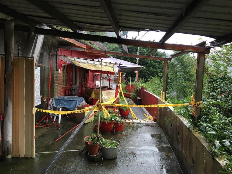 瑞芳區著名觀光景點侯硐貓村發生一起雙屍命案,警方目前正封鎖現場採證中。(翻攝畫面)