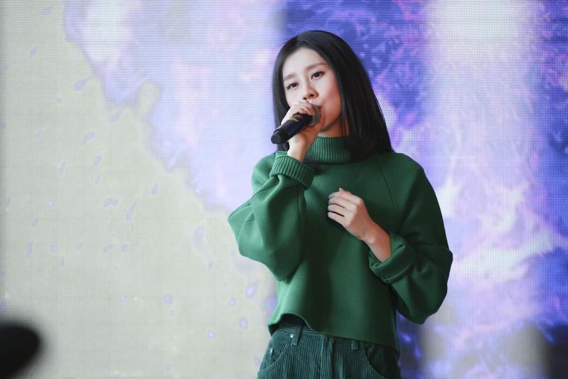 白安舉辦新專輯北京記者會,現場演唱新歌〈讓我逃離平庸的生活〉跟YouTube破億點擊單曲〈是什麽讓我遇見這樣的你〉。(相信音樂提供)