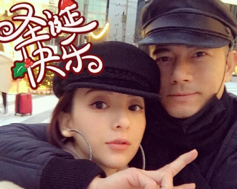 凌晨時分,天王嫂方媛在微博發跟老公合照,祝大家聖誕快樂。(方媛微博)
